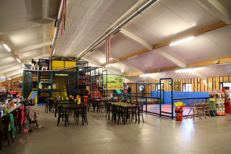 De zaalruimte met speelgelegenheid voor de kinderen.